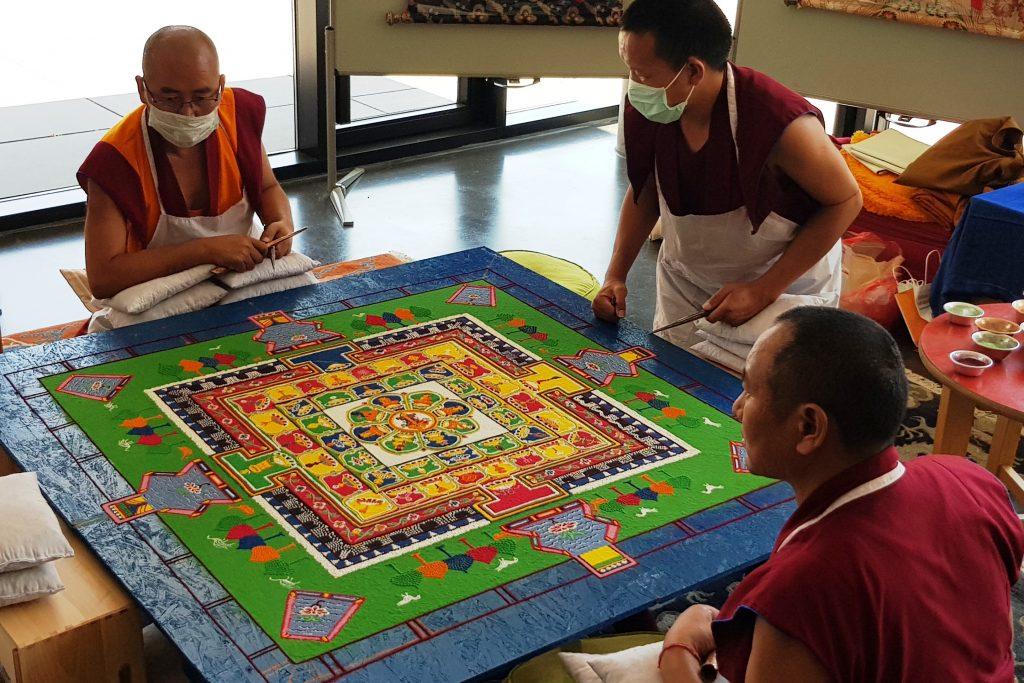 Mönche erschaffen faszinierendes Sandmandala