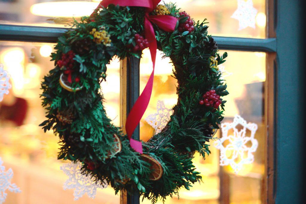 DIY: Weihnachtliche Kränze binden